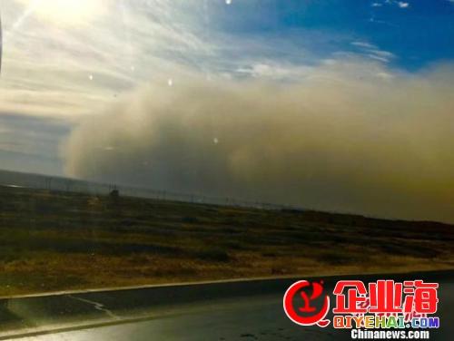 甘肃河西走廊遭微风沙尘袭击 多地沙尘暴现巨型沙墙